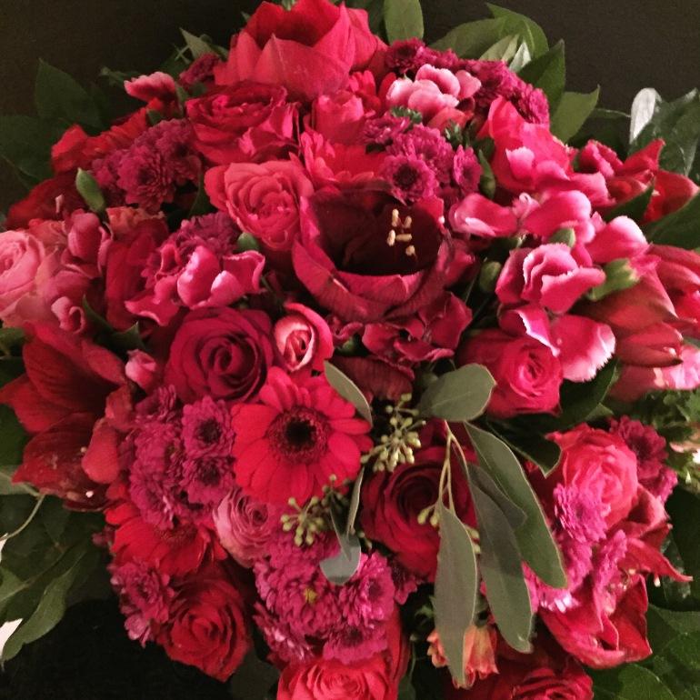 Julebuket med roser, anemoner, nelikker, crysanthemum, gerbera, amaryllis, eucalyptus og salal
